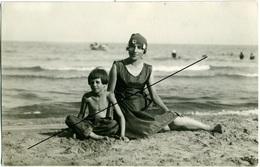 """Foto Oscar Vianello Sanremo  Madre Con Bambino Sulla Spiaggia """"..ad Alassio A 6 Anni.."""" - Persone Anonimi"""