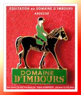 """SUPER PIN'S EQUITATION-REGION : DOMAINE D'IMBOURS """"ARDECHE"""" Visuel CHEVAL Et CAVALIER émail Grand Feu Or, STARPIN'S - Animals"""