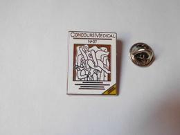 Superbe Pin's En Zamac , Média ,  Médical , Concours Médical N° 37 , Signé MEDEC 1992 , 2000 Ex. - Medias