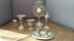 Objets Liturgiques En Réduction. Ciboire, Calice, Patène, Burettes, Ostensoir Soleil, Seau Eau Bénite - Autres Collections