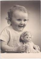 ENFANT-BABY-AVEC POUPEE-POP-PHOTOGRAPHIE-L.ZANOLI-LIEGE-DIMENSIONS+-10.5 A 14.5 CM-VOYEZ LES 2 SCANS-PETIT PRIX - Personnes Anonymes
