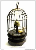 Oiseau En Cage Qui Oscille Avec Le Mécanisme Horaire Qui Est Au Centre De La Cage. Fonctionne. Non Révisé Sans Garantie - Jewels & Clocks