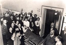 Allemagne? Groupe De Blesses Dans Un Hopital Ancienne Photo De Presse 1930's - Photographs