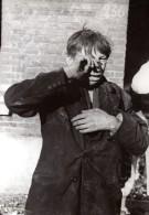 WWII Front De L'Ouest Garcon Ayant Perdu Ses Parents Dans Bombardement Ancienne Photo De Presse 1944 - War, Military