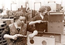 Allemagne Femmes Ouvrieres Usine D' Armement Ancienne Photo De Presse 1943 - War, Military