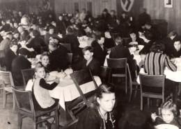 Allemagne Berlin Population Accueillie Dans Un Restaurant WWII Ancienne Photo De Presse 1943 - War, Military