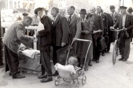 Allemagne Berlin VJ Day Marchand De Journaux Ancienne Photo De Presse 1945 - War, Military