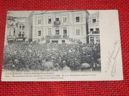 HUY  - Le Centenaire Hutois Combattant Volontaire De 1830 - M. Rondchene Saluant Le Public Au Balcon De L'Hotel De Ville - Huy