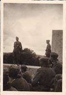 Foto Deutsche Soldaten Bei Vortrag - Major Reinhart - 2. WK - 8*5,5cm (35541) - Krieg, Militär