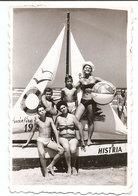 Photo Originale , Souvenir , Famille En Maillot De Bain Et Bateau , Dim. 6.0 X 9.0 Cm - Personas Anónimos