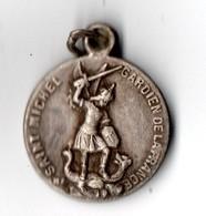 """MÉDAILLE . SAINT-MICHEL GARDIEN DE LA FRANCE . """" GLOIRE À NOS ARMÉES """" . DIEU PATRIE 1914/1915 - Réf. N°15M - - Army & War"""