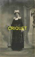 29 Concarneau, Carte Photo D'une Femme En Costume, Phot. Charles - Concarneau