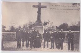 BIVILLE (Manche) - Le Conseil Municipal Au Pied Du Monument Aux Morts De La Grande Guerre - Autres Communes
