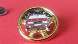 Pin's     MERCEDES   AMG   Triple Moule   Volant Or  Voiture Rouge  Finition Argent       Arthus  Bertrand - Mercedes