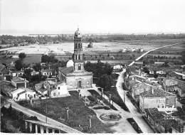 33 - LAMARQUE MEDOC Eglise St Seurin ( Vue Aérienne )  CPSM Dentelée Noir Blanc GF - Gironde  ## Bordures Coupées ## - Autres Communes