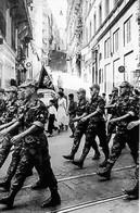 Guerre D'Algérie -  Les Paras Défilent à Alger En Chantant - Militaria