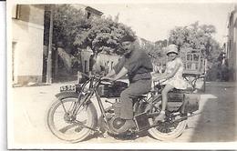 HOMME AVEC BERET ET FILLETTE SUR UNE BELLE MOTO 1 SEPT 1929 - Fotos