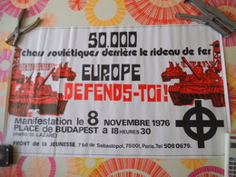 50 000 CHARS SOVIETIQUES DERRIERE LE RIDEAU DE FER EUROPE DEFENDS-TOI FRONT DE LA JEUNESSE 1976 64cm/39cm - Manifesti