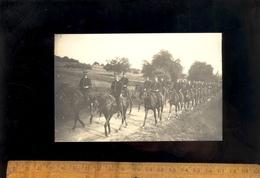 Carte Photo Militaire Colonne De Soldats à Cheval Cavaliers Sous Officiers Chevaux Cheval Armée Régiment Cavalerie - Manoeuvres