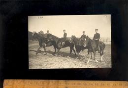 Carte Photo Militaire SAUMUR Soldats à Cheval Cavaliers Sous Officiers Chevaux Cheval Armée Régiment Cavalerie 20 17 - Manoeuvres