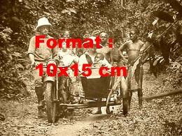 Reproduction D'une Photographie Ancienne D'un Couple D'explorateur Et Indigènes Près D'une Moto Side-car - Repro's