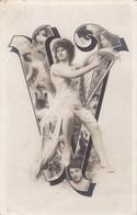 """LA LETTRE """" V """"  -  CPA 1905. - Femmes"""