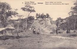 Congo Belge Katanga Nègres Nivelant Une Termitière - Belgisch-Congo - Varia