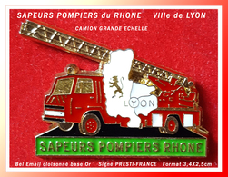 SUPER PIN'S SAPEURS POMPIERS Du RHONE :  Ville De LYON Visuel LION, Camion Grande Echelle Signé PRESTI-FRANCE 3,4X2,5cm - Firemen
