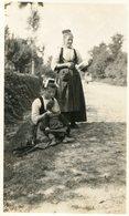 LE FAOUET  ***  FEMMES ET BEBE SUR LE BORD DE LA ROUTE *** PHOTO ANCIENNE *** - Le Faouet