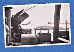 Photo Ancienne - Mer à Situer - Bateau Militaire LST ADOUR - Au Fond Le JULES VERNE - Navire De Guerre Marine Nationale - Bateaux