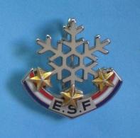 1 BROCHE  //  **  ESF / ÉCOLE SKI FRANÇAIS / 3 ETOILES ** . (Decat Paris) - Winter Sports