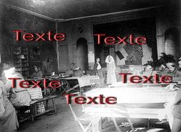 1 PHOTO(RETIRAGE)1918   BRUYERES 88 VOSGES CANTINE FOYER DES 2 DRAPEAUX CROIX ROUGE AMERICAINE INTERIEURE. - Reproductions