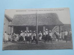Les Makarelly ( Danse Des Boucliers Et Des Sagaies () Anno 19?? ( Zie Foto Details ) ! - Madagascar