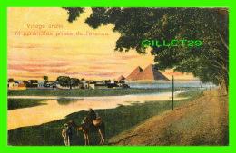LE CAIRE, EGYPT -  VILLAGE ARABE ET PYRAMIDES PRISES DE L'AVENUE - ANIMÉE - - Le Caire