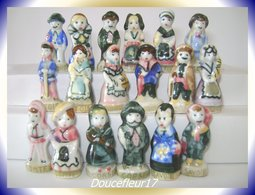 Costumes Des Régions .. Lot De 9 Couples ...Ref AFF : ( Poche N°10 ) - Regions