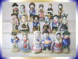 Costumes Des Régions .. Lot De 9 Couples ...Ref AFF : ( Poche N°11) - Regions