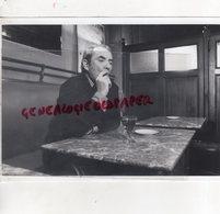 87 - LIMOGES - JEAN CARMET AVEC SON CIGARE AU BAR LE KHEDIVE BD CARNOT - RARE PHOTO ORIGINALE TELEVISION  FR3 LIMOGES - Personalidades Famosas