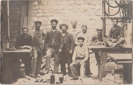 CPA PHOTO METIERS ARTISANAT Ouvriers Menuiserie Outils Machine Travail Du Bois Carte Non Localisée - Artisanat