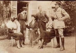 Photo Originale Une Visite à St-Germain En 1919 - Gendarme, Versailles - Jeunes Gens Au Jardin - élégantes, Bourgeoisie - Personnes Identifiées