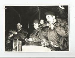BELFORT FONTAINE (90) PHOTO MILITAIRES DANS UN CAMION AVEC LEURS GAMELLES LORS DU RESSERREMENT 1970 - Krieg, Militär