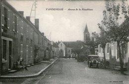 (71)  CPA  Vandenesse  Avenue De La Repulique  ( Bon Etat) - France
