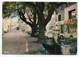 LA GARDE-FREINET --1979--La Place Vieille  (commerces Casino,Pharmacie.....--- Voitures) - La Garde Freinet