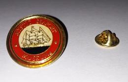 Pin's Musée Bateau Voilier Etats Unis / Mystic Seaport Museum (époxy Fond Doré) - Boats