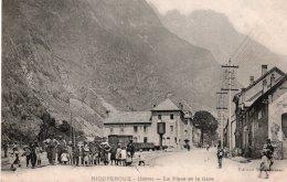 CPA    38   RIOUPEROUX---LA PLACE DE LA GARE--1908---ANIMEE - Altri Comuni