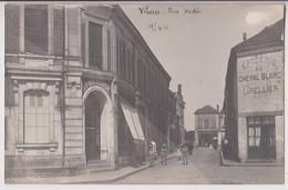 CARTE PHOTO DE VIHIERS (49)) : RUE HECTOR - EPICERIE AU CHEVAL BLANC GRELLIER - AU BON MARCHE - 1910 - 2 SCANS - - France