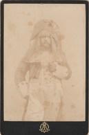 Photo N° 31 - Monogramme - Personnage Théâtre ?  Costume  Format 10,5 X 16 Cm - érosion - Photos