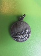 166 - Médaille - Enfant Jésus Sur Lit De Paille - Croix De Jérusalem - Godsdienst & Esoterisme