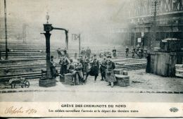 N°63024 -cpa Grève Des Cheminots Du Nord -les Soldats Surveillant L'arrivée Et Le Départ Des Derniers Trains- - Stations Without Trains