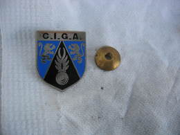 Ancien Pin's à Vis Du CIGA (Centre D'Instruction Des Gendarmes Auxiliaires) - Police