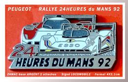 SUPER PIN'S PEUGEOT : Aux 24HEURES Du MANS En 1992, ZAMAC ARGENT, 2 Attaches, Signé LOCOMOBILE, Format 4X2,1cm - Peugeot